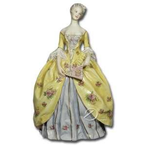 Escultura de porcelana policromada, representando dama da corte com leque, na base marca Ginori; 24 cm de altura. Itália, séc. XIX.