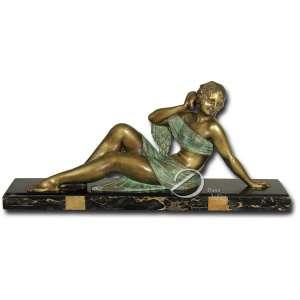 D. H. Chiparus. The Echo nº 1. Escultura de bronze patinado verde e dourado; sobre base retangular de mármore preto rajado, medindo 16 x 75 cm. Assinado no canto direito da base: D. H. Chiparus. Reproduzida na página 65 do livro Chiparus - Master of Art Deco, por Alberto Shayo, editado em New York em 1993.