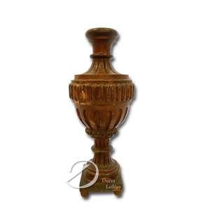 Base de palma (ânfora de altar) em madeira entalhada, dourada e patinada em vermelho; 40 x 10,5 x 10,5 cm. Brasil, séc. XIX.