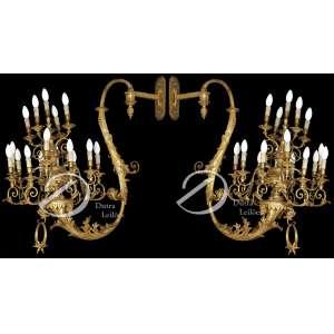 Par de candelabros de parede com estrutura de madeira dourada, em forma de S, para dezesseis lâmpadas cada um; 85 cm de largura por 90 cm de altura. Itália, sec. XVIII. - Pertenceu ao Palácio Barberini, em Roma. Necessitando pequenos restauros.