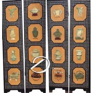 Quatro painéis (folhas de biombo) de madeira com incrustações de madrepérola e quatro reservas laqueadas em cada peça, onde foi aplicado um modelo em relevo de vaso chinês, em pedra, majoritariamente verde, formando um painel evolutivo da história dos vasos chineses, desde a antiguidade arcaica; 40 x 183 cm de altura. China, séc. XX.