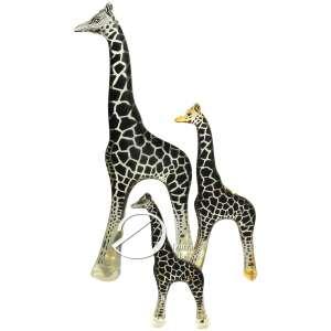 Abraham Palatnik - Três girafas de resina de poliéster transparente e, internamente, manchas de filme preto; 48,5 cm, 31,5 cm e 21,5 cm de alturas, respectivamente. Internamente, na perna da girafa maior, inscrição: Pal ©. Brasil, séc. XX.