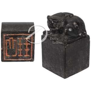 Sinete de pedra com base quadrada, encimada por escultura de animal mitológico; lacre na parte inferior da base; 9 cm de altura total. China, séc. XIX.
