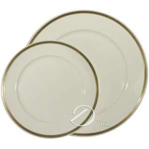 Dois pratos de porcelana creme, aba com bordo liso delimitado por pequeno friso dourado, no reverso a marca Rosenthal-Selb; 25,5 cm e 19,5 cm de diâmetro. Alemanha, séc. XX.