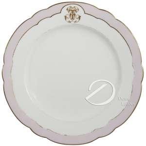 Prato de porcelana monogramada, aba com borda ondulada, delimitada por friso malva, ao alto reserva com monograma FTF entrelaçado, no reverso a marca de Charles Pillivuyt, 23,5 cm de diâmetro. França, séc. XIX.