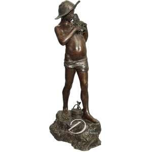 Autor desconhecido - Jovem pescador. Escultura de bronze patinado, sobre base em forma de  - rochedo; 70 cm de altura. Sem assinatura.