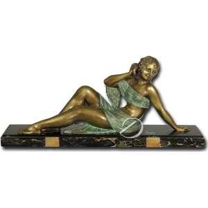 D. H. Chiparus. - The Echo nº 1. Escultura de bronze patinado verde e dourado; sobre base retangular de mármore preto rajado, medindo 16 x 75 cm. Assinado no canto direito da base: - D. H. Chiparus. - Reproduzida na página 65 do livro Chiparus - Master of Art Deco, por Alberto Shayo, editado em New York em 1993. O mármore apresenta bicados.