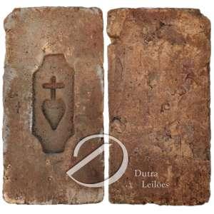 Ex voto - tijolo em terracota com inciso do Sagrado Coração; 37 x 19 x 7 cm. Brasil, séc. XIX.