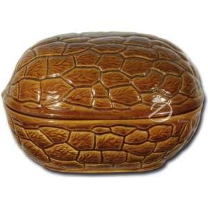 Caixa de faiança esmaltada no formato de noz, corpo em duas partes que se encaixam; 21 x 14,5 x 14 cm de altura. Brasil, séc. XX.