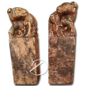 Par de carimbos em pedra dura, decorado em baixo relevo nos quatro quadrantes; - 16,5 x 5,5 x 5,5 cm. China, séc. XIX / ?XX.