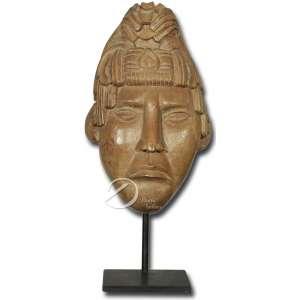 Guerreiro Maia - Cabeça de madeira, esculpida em monobloco e decorada com ornamentos típicos, suspensa por suporte de metal de base retangular; 30 cm de altura e 40 cm de altura total. América-espanhola, séc. XX.