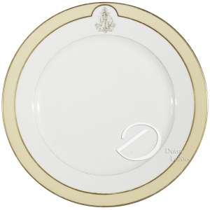Prato de porcelana monogramada, aba com borda lisa, delimitada por friso amarelo, ao alto reserva com monograma ALD entrelaçado, no reverso a marca de Charles Pillivuyt; 23 cm de diâmetro. França, séc. XIX.