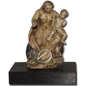 Nossa Senhora com o Menino. Imagem esculpida em alabastro, representando Nossa Senhora coberta por manto e com o menino Jesus nos braços; 19,5 cm de altura sem a base. Europa, séc. XVIII. Faltando o braço do Menino Jesus.