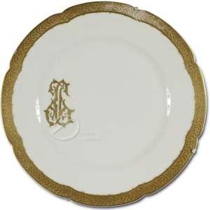 Prato de porcelana; aba com largo friso dourado em relevo; na lateral da caldeira monograma JG dourado; pertencente a Jorge Guinle; no reverso marca WE & F. P.; 24,5 cm de diâmetro. França, séc. XX.