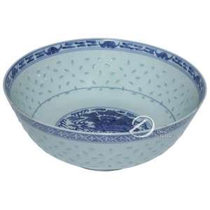 Bowl de porcelana chinesa azul e branca, dita grão de arroz, de formato circular, decorada internamente com dragões estilizados. No reverso ideograma; 25,8 cm de diâmetro de boca e 10,3 cm de altura. Apresenta na borda pequenos bicados. China, séc. XX.