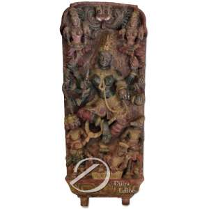 Antiga placa em madeira entalhada e policromada, proveniente de templo indiano, representando a Deusa Shiva com seus atributos e divindades auxiliares; 96 x 40 x 12 cm.