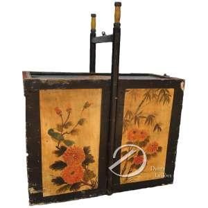Caixa japonesa para marmitas, de madeira pintada, com alça para transporte e argola para pendurar de ferro. Tampa superior corrediça, com fecho também de ferro; 63 x 55 x 25 cm. Desgastes do uso na pintura.