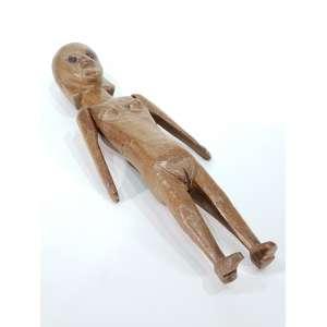 Lote com duas esculturas em madeira, AUTOR NÃO IDENTIFICADO - Mulher - 65 cm de altura, ANDERSON JULIÃO - Macaco - escultura em madeira - 40 x 10 cm - assinado - Obs: No estado.