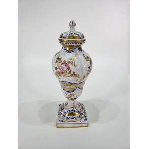 Bela ânfora em porcelana vieux-paris decorada a mão com pinturas em ouro e flores - altura, 40 cm - Europa, séc. XIX/XX