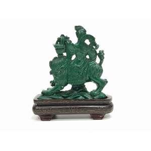 Grupo escultórico em malaquita finamente esculpido representando Divindade sobre Cão de Fô - 14 x 11 cm - China, séc. XVIII/XIX