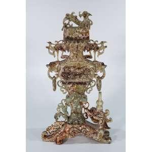 Grande ânfora, esculpida em jade russeau, alças laterais em argola, decorada com aves e animais mitológicos - 50 cm de altura - China, séc. XVIII.