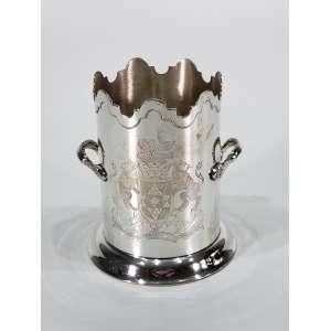 Elegante suporte para garrafa de vinho em prata de lei repuxada e cinzelada - altura, 17 cm - Inglaterra, séc. XX