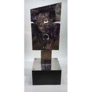 VLAVIANOS, Nicolas - Sem titulo - escultura em aço escovado - 143 cm de altura com a base - 52 x 43 cm no quadrado - assinada na base 1978