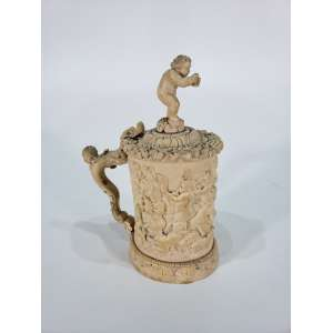 Raro tankard de marfim em relevo representando figuras de crianças e querubins - altura, 20,5 cm - Alemanha, séc. XVIII/XIX