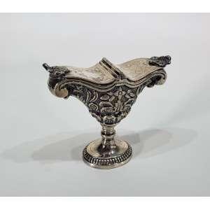 Naveta de prata repuxada e finamente cinzelada - contrastes 10 dinheiros e marca do prateiro - medidas, 15 X 17 cm - Brasil, meados do séc. XIX