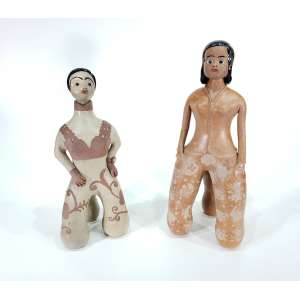 Lote com duas escultura, AUTORA NÃO IDENTIFICADA - Sem titulo - escultura em barro cozido - 47 cm de altura, e a outra 43 cm de altura - Cabeça removível, sem assinatura