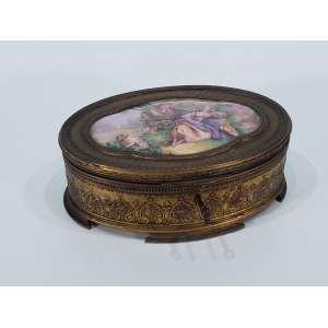 Porta jóias em bronze dourado e cinzelado - na tampa, placa de esmalte representando cena galante e assinada GAMET - medidas, 7 x 20,5 x 15 cm - França, séc. XIX