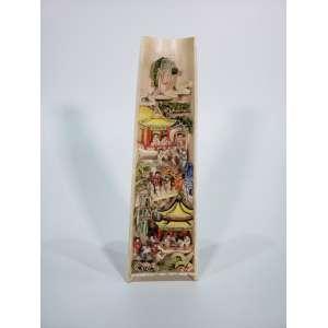 Grupo escultórico em marfim policromado minuciosamente entalhado em baixo relevo representando cenas do cotidiano - verso em alto relevo - altura, 23,5 cm - China, séc. XIX/XX