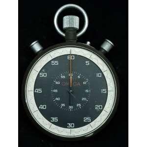 Omega Cronometro Rattrappante da Gara - Ref. MG 06624 - caixa com tratamento antiderrapante - vidro de acrílico - mostrador preto com escala graduada em vigésimos de segundo e contador de 1 hora - movimento do cronógrafo com corda manual excelente estado