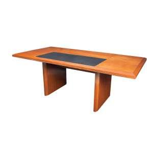 Imponente mesa escrivaninha em madeira nobre com design da década de 1980, no tampo, inclusão de friso em alumínio e couro. Duas gavetas embutidas com porta canetas esculpido na própria madeira - 75 x 200 x 100 cm