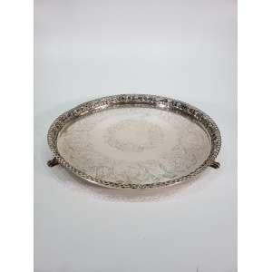 Bandeja redonda em prata de lei repuxada e cinzelada - varanda decorada com parras e folhas - diâmetro, 41 cm - Brasil, séc. XX