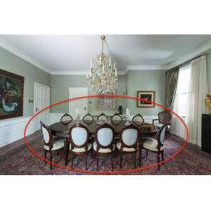 Elegante mesa de jantar em madeira nobre extensível de estilo inglês - dois alongadores de 40 cm embutidos na parte inferior, possibilitando montagem de três diferentes tamanhos - acompanha 10 cadeiras - medidas do tampo: 2,88, 3,28 ou 3,68 m - Brasil, séc. XX