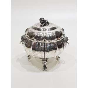 Tea cady em prata de lei repuxada e cinzelada - altura, 18 cm - Oriente extremo, séc. XIX/XX