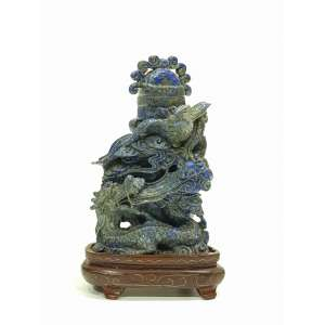 Belíssima escultura em Lapis Lazuli representando Fênix e Dragão em frente de um pequeno vaso com tampa - altura, 16 cm - China, séc. XIX