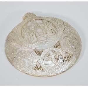 Placa de madrepérola ricamente esculpida com motivos sacros - diâmetro, 13 cm - Europa, séc. XX