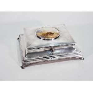 Porta jóias em prata de lei ricamente cinzelada - na tampa, placa de porcelana representando búfalos - medidas, 7,5 x 22 x 19 cm - Inglaterra , séc. XX