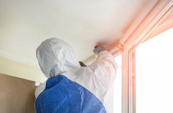 Como tirar mancha de mofo do teto do banheiro?