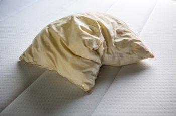 Roupa de cama amarelada: afinal, como resolver esse problema?
