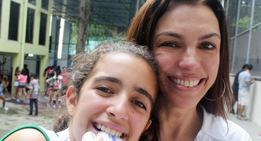 Ana Paula Araújo acompanha o título de sua enteada Joana no vôlei sub-15