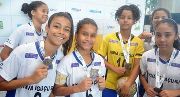 Aniversariante do dia, Ana Clara faz 12 anos e ganha de presente a medalha de bronze do futsal sub-14