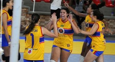 Apaixonada por vôlei, Ana Luísa, ponteira do CAp Dom Hélder, se divide entre o esporte e os estudos para cursar estatística