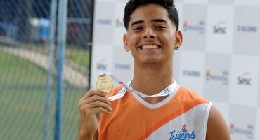 Após quatro anos de tentativas, Gabriel enfim conquista a medalha de ouro no Intercolegial e leva o Triângulo ao topo do vôlei de praia