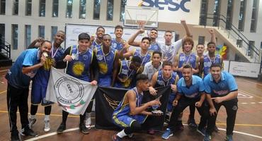 Após terceiro lugar no ano passado, Cesc chega ao título no basquete