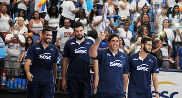 Atualmente com 21 anos, Marcão (à esquerda), central do time de vôlei do Sesc, relembra, emocionado, de sua participação no Inter, há 7 anos