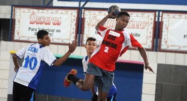Autor de seis gols na segunda rodada do handebol, Samuel é a mais nova promessa do Colégio Estadual Antônio da Silva