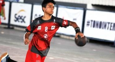 Autor de sete gols na vitória do Colégio Estadual Antônio da Silva, Yuri revela que pensa praticamente o tempo todo em handebol
